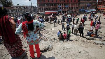 Жители Катманду во время землетрясения 12 мая 2015 года. Архивное фото