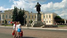 Памятник Ленину перед зданием администрации города Твери. Архивное фото