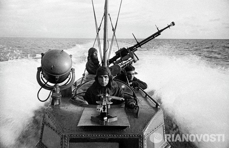 Моряки торпедного катера на выполнении боевого задания