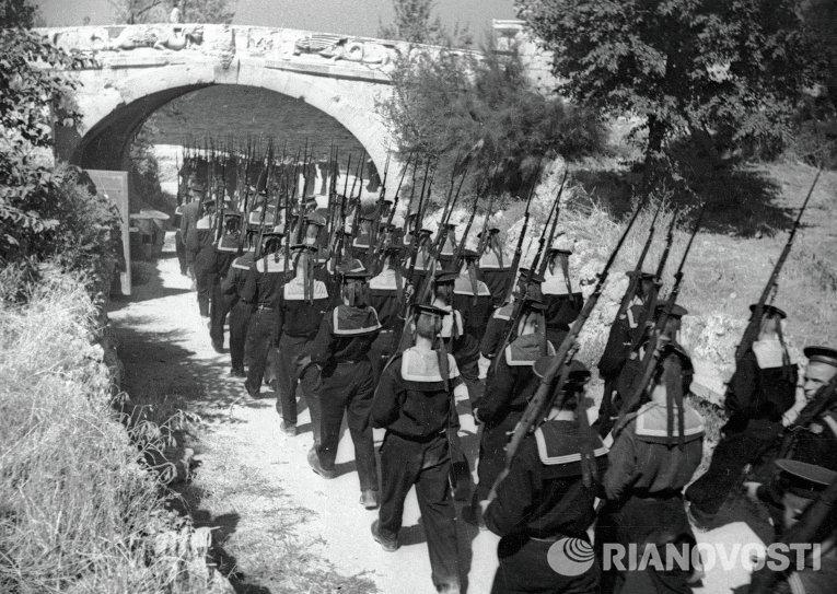 Моряки-черноморцы вступают в Севастополь