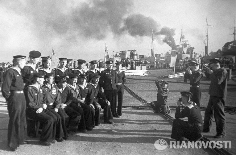 Демобилизованные моряки прощаются с кораблями