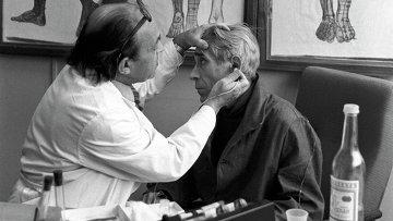 Врач наркологической больницы проводит сеанс рефлексотерапии