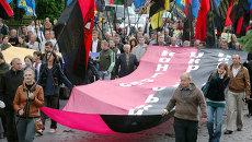 Сторонники Украинской повстанческой армии (ОУН-УПА) во время марша в день Праздника Героев во Львове. Архивное фото