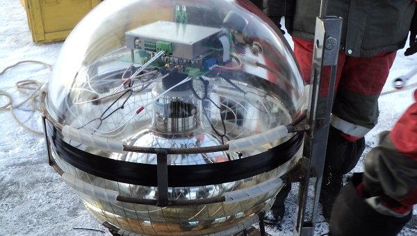 Прикрепленный к тросу оптический модуль, установленный на Байкале