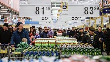 Посетители в гипермаркете Лента. Архианое фото