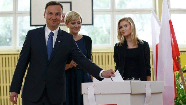 Кандидат в президенты Польши Анджей Дуда на избирательном участке, 24 мая 2015 года