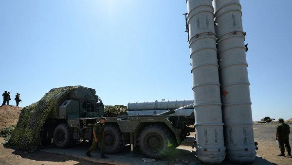 Военнослужащие у зенитно-ракетной системы С-300ПС. Архивное фото