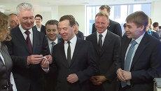 Медведев в технопарке предложил Собянину примерить прибор для эффективного сна