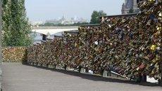 Мост Искусств в Париже начали очищать от сотен тысяч замков любви