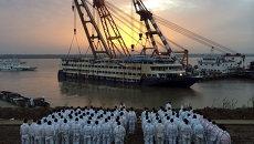 Команда спасателей наблюдает за подъемом судна Звезда Востока, затонувшего на реке Янцзы, Китай