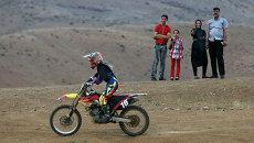 Участница соревнований по мотокроссу в Иране во время тренировки