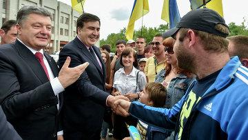 Президент Украины Петр Порошенко и глава Одесской области Михаил Саакашвили во время общения в горожанами в Одессе