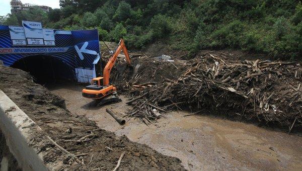 Завалы в Тбилиси, образовавшиеся в результате сильного ливня и последовавшего за ним наводнения