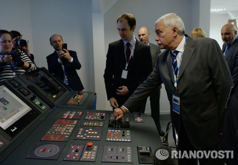 Губернатор Санкт-Петербурга Георгий Полтавченко осматривает стенды с инвестиционными проектами на Петербургском международном экономическом форуме 2015