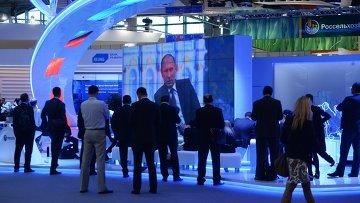 Участники XIX Петербургского экономического форума смотрят трансляцию выступления президента РФ Владимира Путина на панельной дискуссии в ходе пленарного заседания ПМЭФ