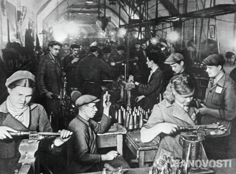 Работники севастопольского завода, перенесенного в штольню, производят боеприпасы.