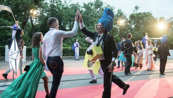 Выпускники в Центральном парке культуры и отдыха имени Горького. Архивное фото