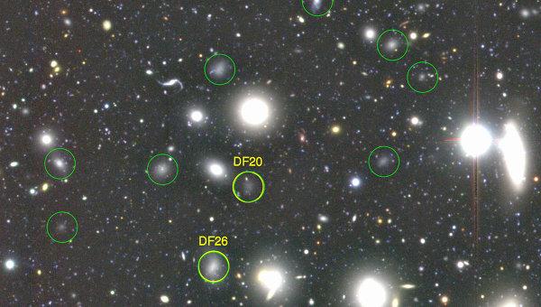 Фотография нескольких сверхтемных галактик, полученная телескопом Субару
