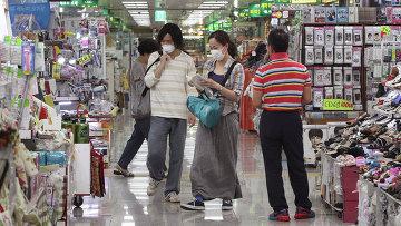 Люди в медицинских масках в Сеуле, архивное фото
