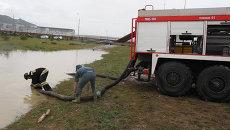 Спасатели пожарными насосами откачивали воду с затопленных улиц Сочи