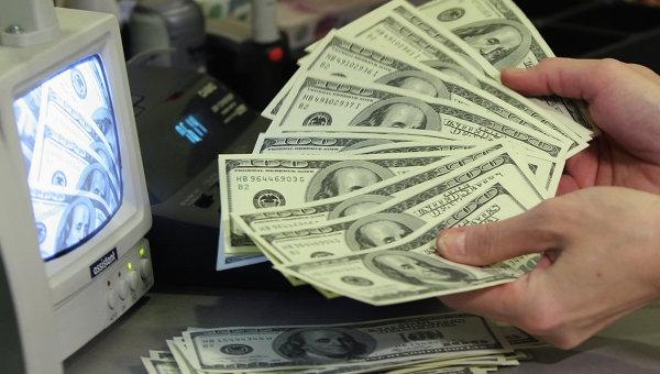 Проверка долларов на подлинность. Архивное фото