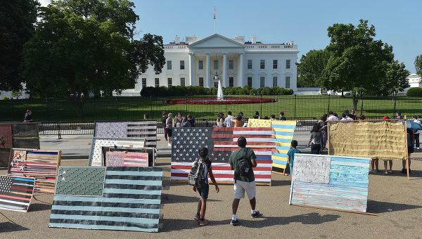 Туристы у здания Белого дома в Вашингтоне, США. Архивное фото