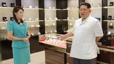 Лидер КНДР Ким Чен Ын с супругой Ли Соль Чжу в новом терминале международного аэропорта Пхеньян