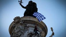 Человек с греческим флагом на площади Синтагма в Афинах . Архивное фото