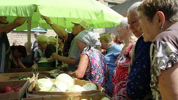 Жители Донецка покупают продукты. Архивное фото