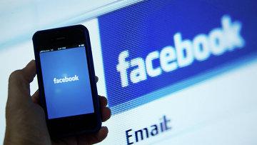 Экран телефона с приложением Facebook. Архивное фото
