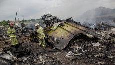 Спасатели работают на месте крушения малайзийского самолета Boeing 777 в районе города Шахтерск Донецкой области