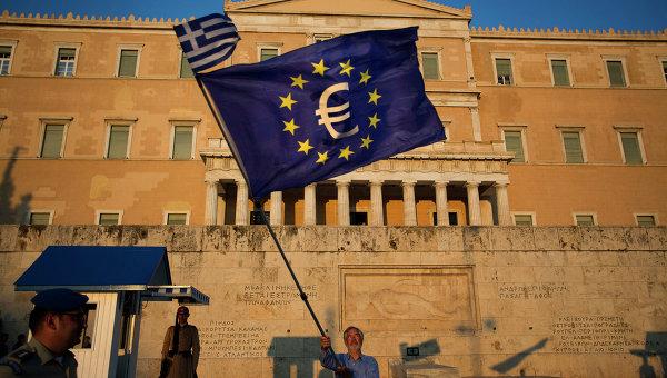 Флаги Греции и ЕС у здания парламента в Афинах, архивное фото