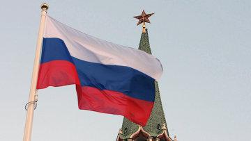 Российский государственный флаг на фоне кремлевской башни. Архивное фото