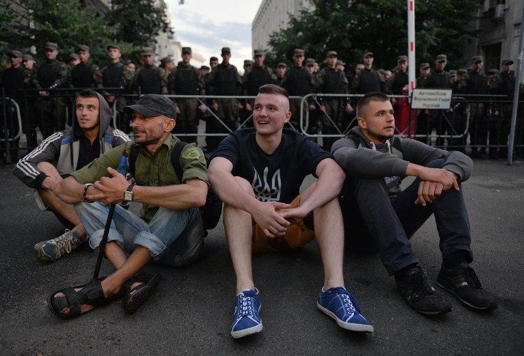 Активисты Правого сектора возле здания администрации президента в Киеве, Украина