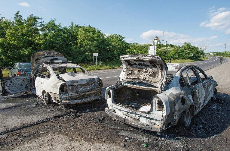 Сожженные полицейские  машины в Мукачево, Украина. 11 июля 2015