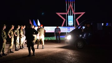 Военнослужащие стоят в оцеплении неподалеку от учебного центра Воздушно-десантных войск в поселке Светлый Омской области. Архивное фото