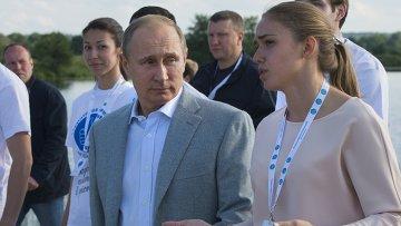 Президент России Владимир Путин во время посещения Всероссийского молодёжного образовательного форума Территория смыслов на Клязьме