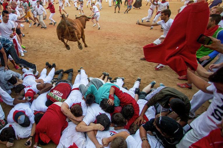 Коррида во время фестиваля Сан-Фермин в Памплоне, Испания