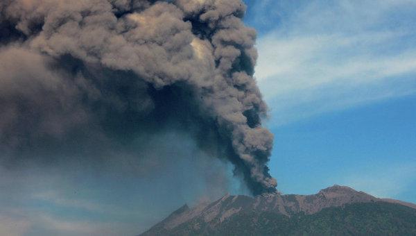 Вулкан Раунг в Индонезии