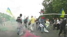 Люди в масках набросились на митингующих против Порошенко в Днепропетровске