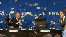 Это не имеет отношения к футболу – Блаттер о выходке комика на брифинге ФИФА