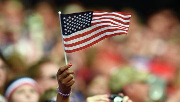 Женщина держит флаг США. Архивное фото