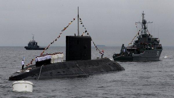 Подводная лодка класса Варшавянка в парадном строю во время празднования Дня Военно-морского флота России во Владивостоке. Архивное фото