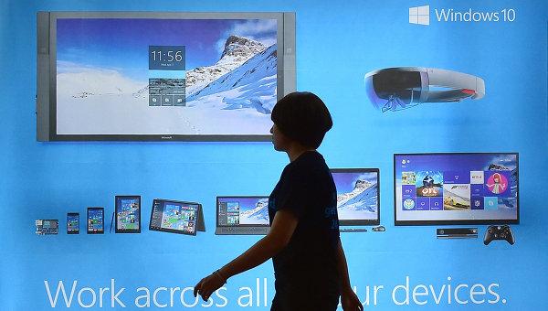 Женщина проходит мимо рекламного щита операционной системы Windows 10. Архивное фото