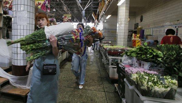 Продажа цветов на Рижском рынке в Москве. Архивное фото