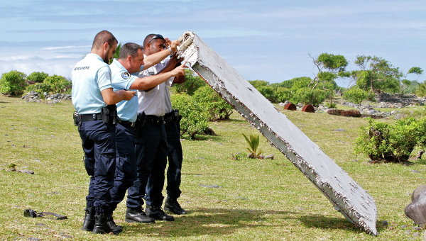 Полицейские изучают обломки самолета, найденные в Сен-Андре, Реюньон. Архивное фото