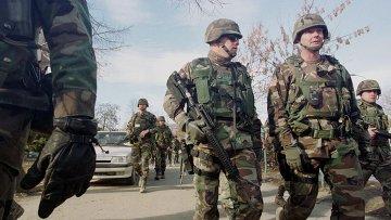 Американские военные патрулируют город Косовска-Митровица на севере Косово