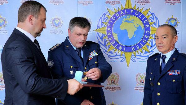 Вручение ордена Миротворец комиссару Интерпол-центра Российско-Тихоокеанского региона Тохтару Тулешову
