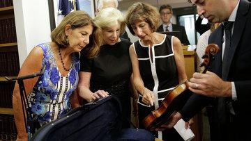 Агент ФБР передает сестрам Тотенберг скрипку Страдивари, похищенную у известного музыканта Романа Тотенберга