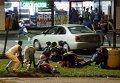 Люди укрываются от стрельбы во время протестов в Фергюсоне